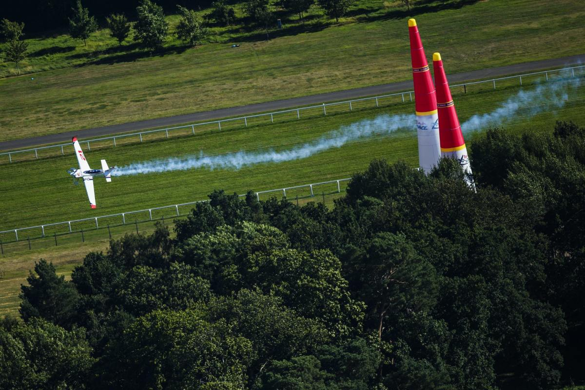 RED BULL AIR RACE: German pilot Dolderer wins Ascot Qualifying by a nose